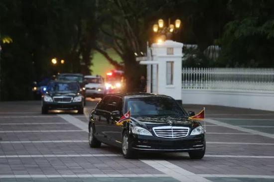 ▲金正恩在与李显龙会面后,当地时间19点04分,金正恩车队驶出新加坡总统府。(摄影/环球时报 崔萌)