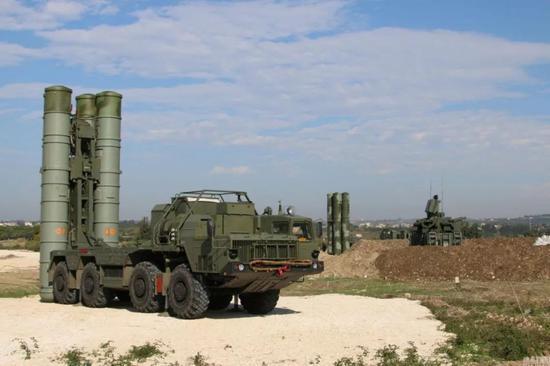 2015年底,俄罗斯将最先进的S-400防空导弹系统部署至俄空军驻扎在叙利亚Hmeymim空军基地