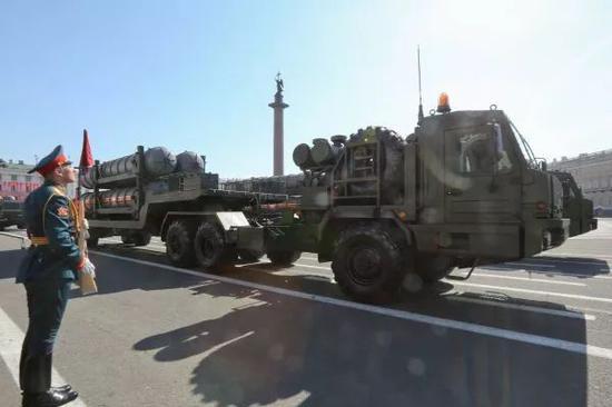 """2018年5月9日,S-400""""凯旋""""在圣彼得堡冬宫前的广场接受检阅"""