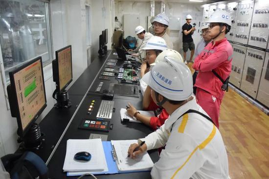 """""""天鲲号""""集控室工作人员在调试设备(6月7日摄)。"""