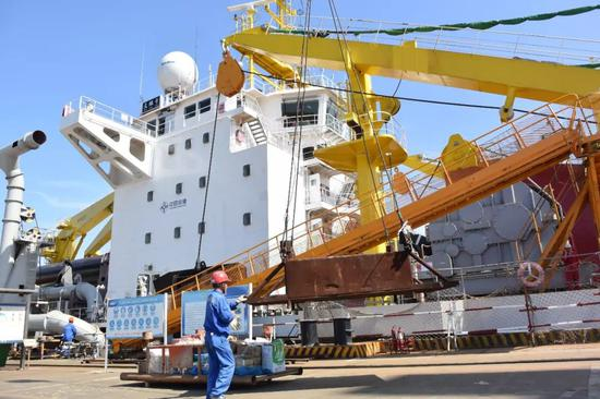 """在江苏启东的船厂码头,""""天鲲号""""试航前吊装物资(6月7日摄)。"""
