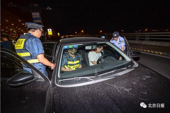 非京籍滴滴司机在首都机场T3航站楼被交通执法人员查处。