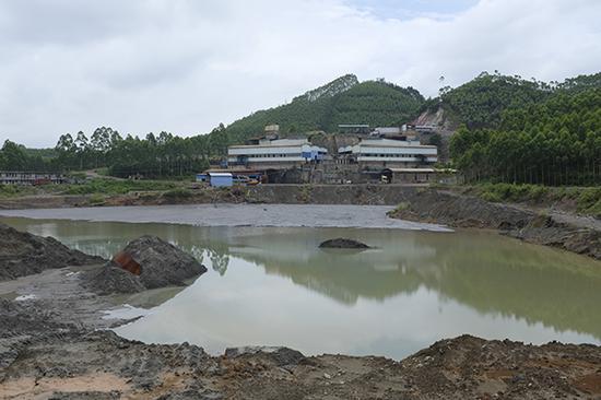 6月13日,广西来宾武宣县天华矿业有限公司三里镇沙安金光岭选矿厂及渣库。