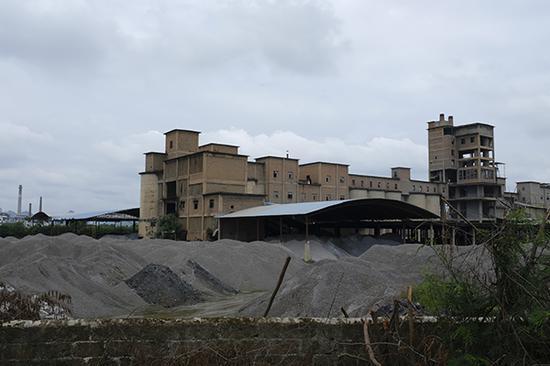 """6月14日,广西来宾一工厂物料废渣露天堆放。 被狠批后展开环保""""歼灭战"""""""