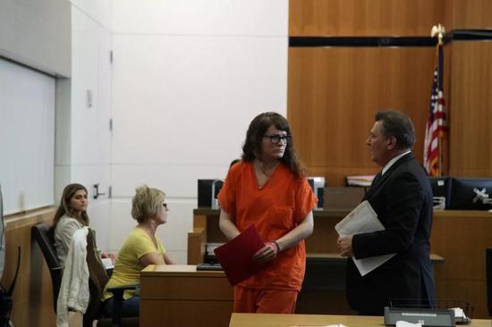 橙衣女子正是凶手。图源:新华记者高山摄