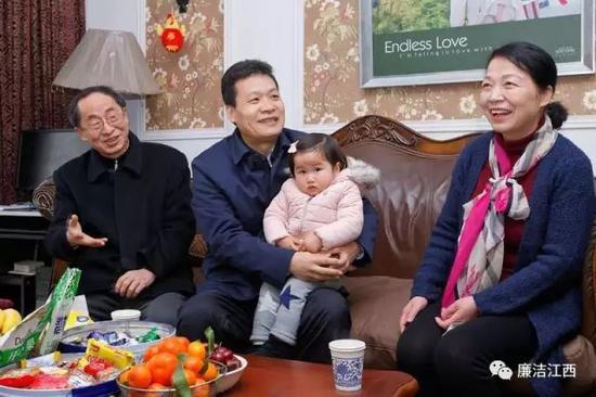 家访中的孙新阳(中)