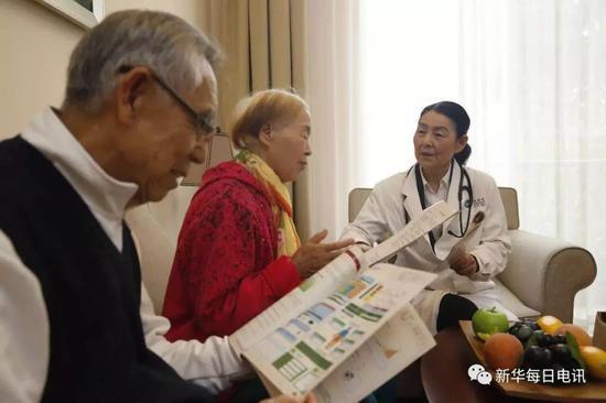 北京恭和苑内的医生为老人做定期检查。 图片由受访者提供