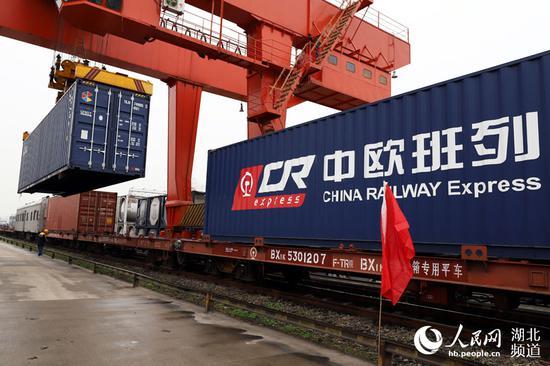 中国至欧洲丝路列车货运激增 忙坏东欧边境城镇