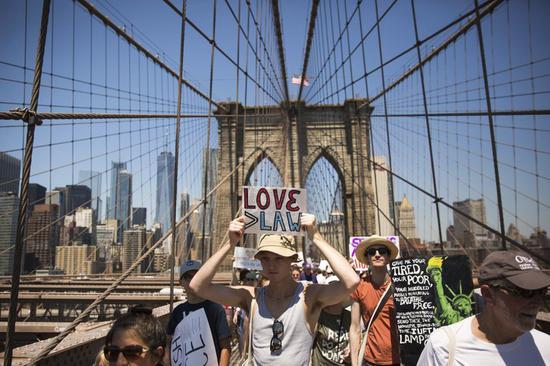 图为纽约示威民众。(美联社)