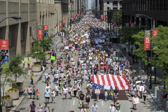 图为芝加哥民众举行示威游行。(美联社)