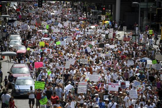 图为明尼阿波利斯示威民众。(美联社)