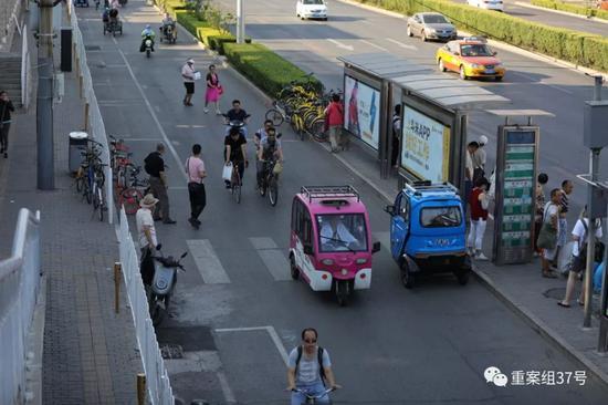 ▲6月28日,天坛东门辅路上,逆行的电动车。 新京报记者 王飞 摄