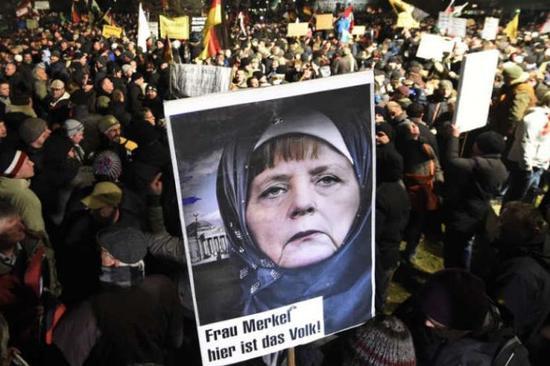 (图为德国的反默克尔和反难民游行)