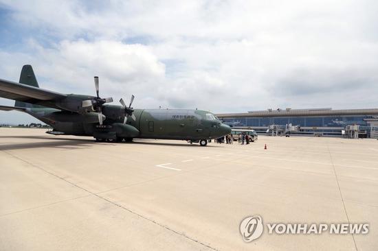 3日上午,停在平壤顺安机场的韩国C-130军用运输机