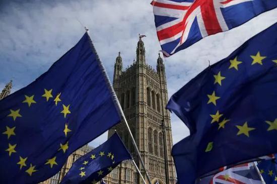 ▲6月11日,英国议会大厦前悬挂的英国国旗和欧盟旗帜。(法新社)