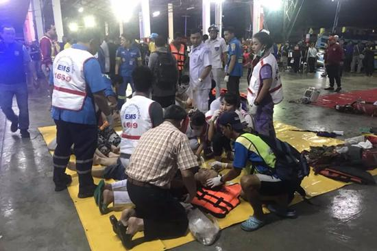 7月5日,在泰国普吉府普吉岛,急救人员救治获救游客。新华社发