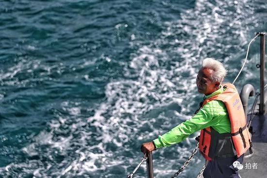 △ 一位泰国救援人员已是白发苍苍的老人。