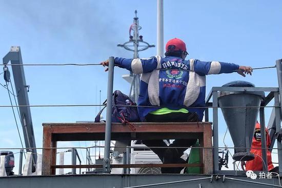 △ 泰国的救援人员在甲板待命,这一次,泰国各界救援力量都前来帮忙。