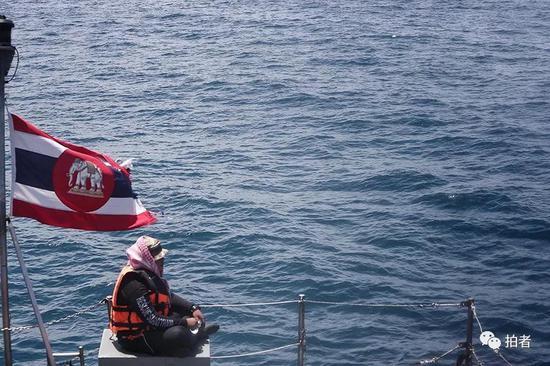 △ 一位泰国的搜救人员落寞地坐在甲板上,望向事故现场。