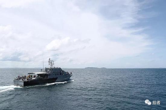 △载着遇难者遗体的军舰驶离事发区域。
