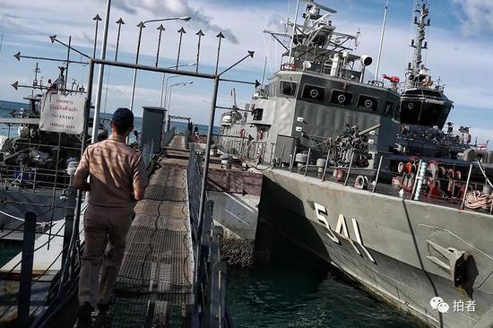 △ 一位泰国军官走向军舰。