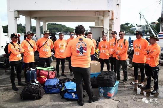 △ 出海前,泰国的救援人员在做动员。