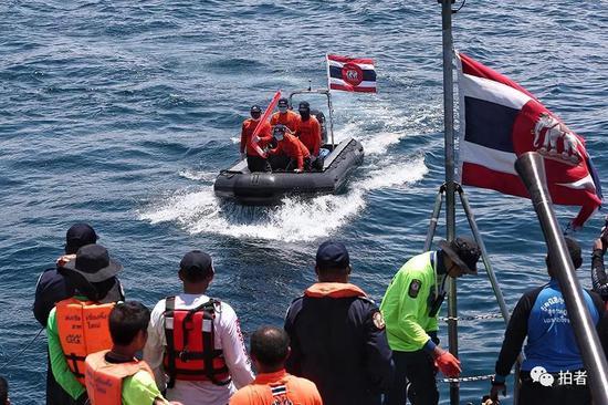 △ 事发地点的救援快艇驶向军舰,向军舰运送打捞的物品。