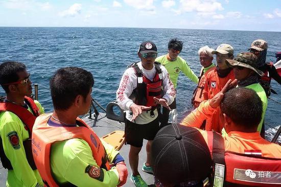 △军舰抵达事发海域后,救援人员开始布置任务。
