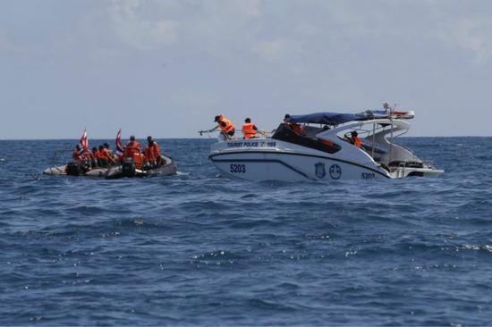 泰国普吉岛翻船事故已致42人遇难,图为现场救援画面。