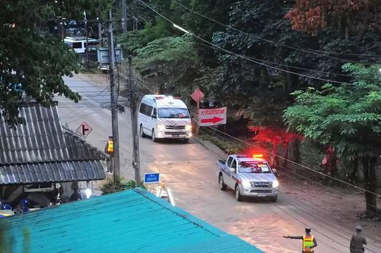 这是8日在泰国清莱拍摄的运送被解救出的少年足球队员的救护车。新华社发(拉亨摄)