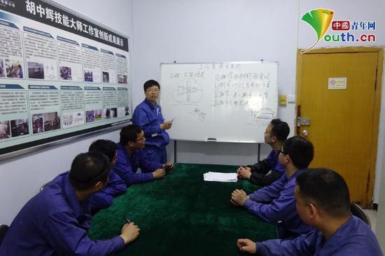 胡中辉(图中站立者)给工作室的成员授课。本人供图