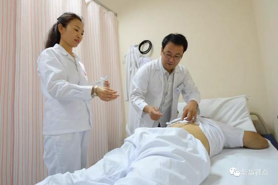 2017年8月10日,在科威特城,中国援科医疗队员为当地患者进行针灸治疗。从1976年开始,中国政府向科威特共派遣了11批医疗队。新华社发诺法勒摄