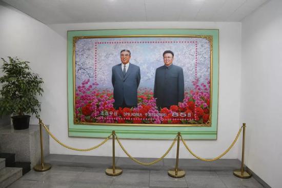 博物馆一层大厅的朝鲜领袖画像。新华社记者程大雨摄。