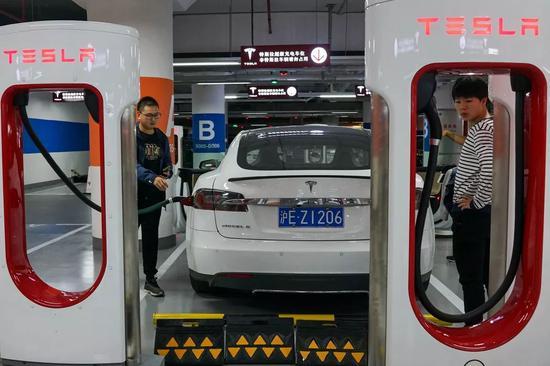 ▲特斯拉已同上海政府达成协议,在上海建造它的第一家海外工厂。图为上海一家购物中心内的特斯拉充电站。(盖帝图像)