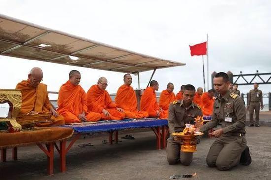 7月11日上午,普吉当局在查龙船埠为沉舟事变罹难者举行佛教超度典礼。崔萌摄