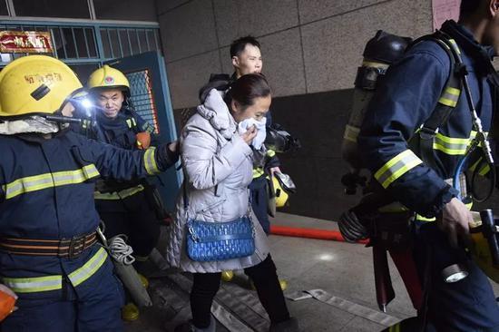 ↑2017年1月3日,郑州一栋商住楼弱电井失火