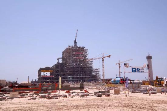 建设中的哈斯彦清洁燃煤电站一号机组。新华社记者 郑开君摄