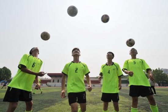 2018年7月5日,河北省沧县天狮中学足球队的学生参加暑假校园足球特色培训班训练。新华社记者牟宇摄