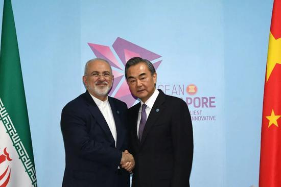 ▲8月3日,中国国务委员兼外交部长王毅(右)在新加坡出席东亚合作系列外长会议期间与伊朗外长扎里夫举行双边会见。(新华社)