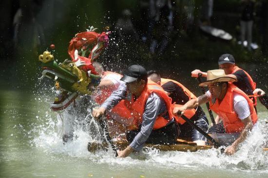 2018年6月18日,龙舟队员在浙江杭州西溪湿地举行的蒋村龙舟胜会上划龙舟。新华社记者 黄宗治 摄