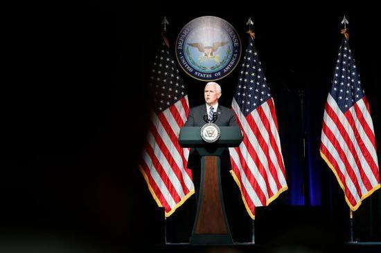 """8月9日,在美国华盛顿,美国副总统彭斯在国防部发表演讲。美国副总统迈克・彭斯9日在国防部发表演讲时说,争取到2020年成立美军第六大军种""""太空军""""。 新华社发(沈霆摄)"""