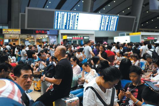 ▲昨日上午10 时左右,北京南站,多趟列车停运或延误,候车厅内滞留大量乘客。 图片来源:新京报