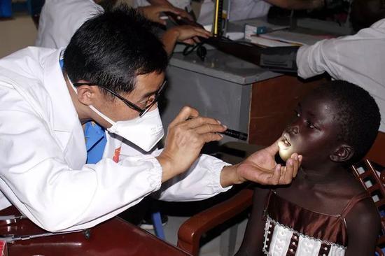 2017年9月14日,在南苏丹首都朱巴,中国第五批援南苏丹医疗队医生为患者义诊。(新华社发)