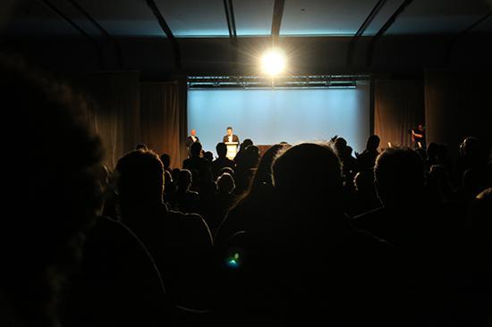 公布长篇小说获奖时,全场唯一一次打开照耀台下的灯光