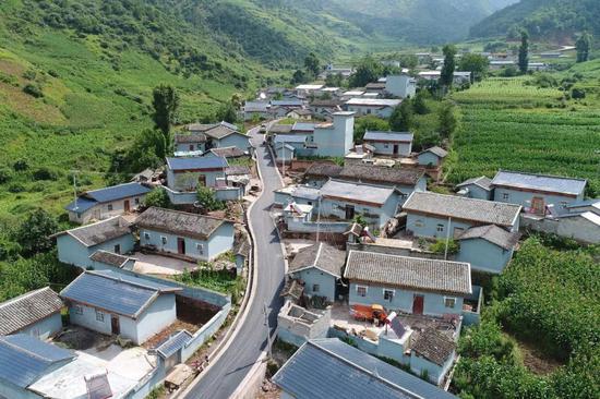 △2017年7月,四川凉山,扶贫新居工程建设完工。(图/视觉中国)