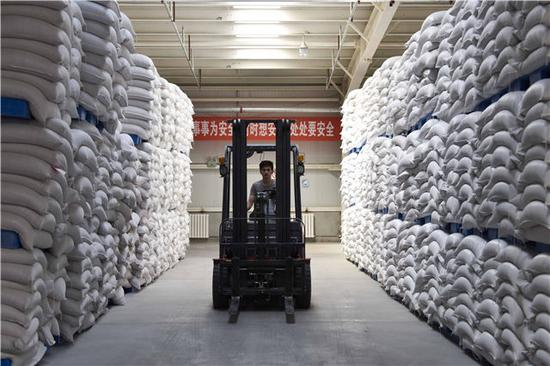 在新疆阿拉山口爱菊秦疆食品有限公司,工作人员准备搬运从哈萨克斯坦进口的面粉(7月4日摄)。新华社记者赵戈摄