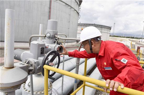 中哈原油管道阿拉山口站担任人姚亚戈在工作中(7月4日摄)。新华社记者赵戈摄