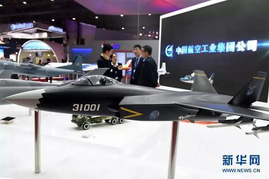 """▲资料图片:这是2017年11月13日在阿联酋迪拜航展中国航空工业集团展区拍摄的""""鹘鹰""""战斗机模型。"""