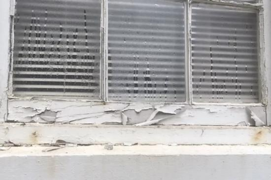 ▲本寧堡前居民Dana Sackett表示,房屋承包商並沒有積極解決問題 圖據路透社