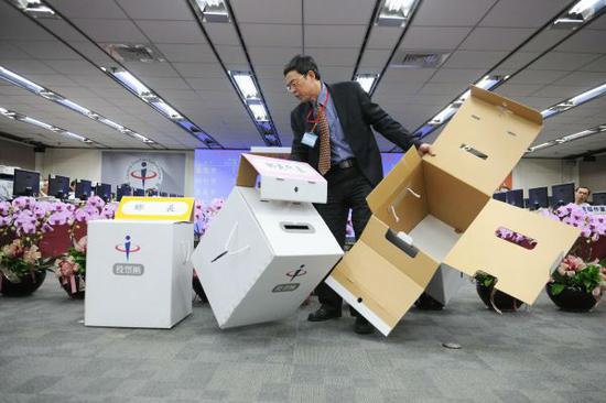 """2014年11月台湾""""九合一""""选举现场。(新华社)"""